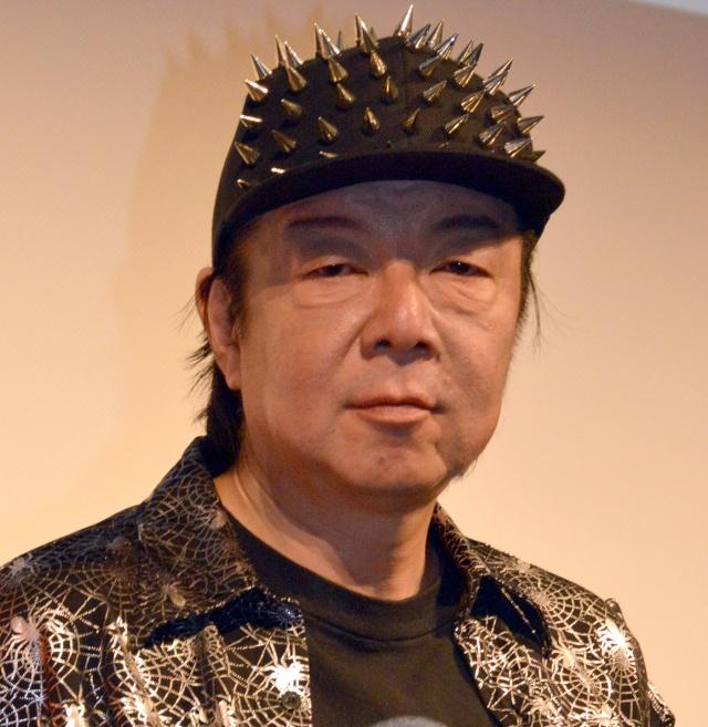 とげのついたキャップをかぶっている古田新太の画像